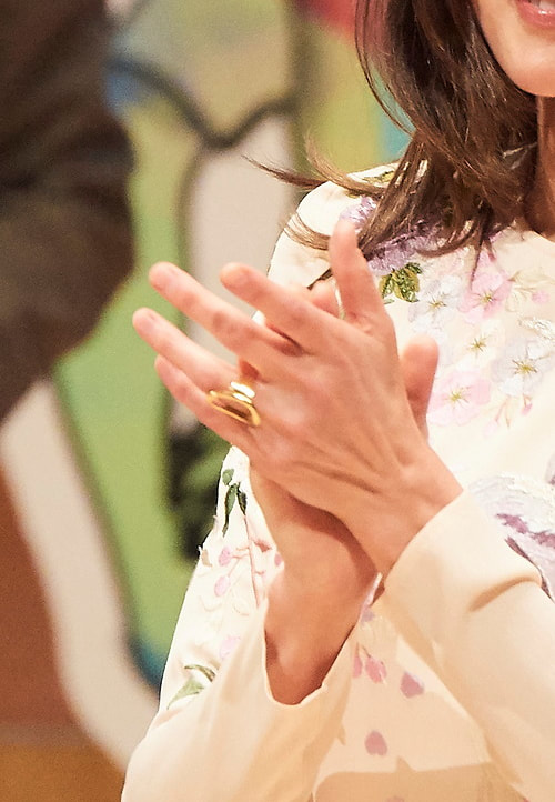 Queen Letizia wears gold open oval shaped ring
