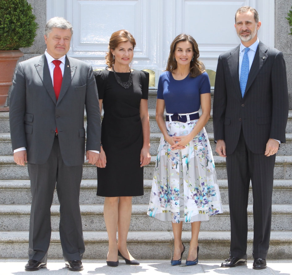 King Felipe and Queen Letizia welcomed the President of Ukraine, Petro Poroshenko, and First Lady Maryna Poroshenko at their home today in the Palace of Zarzuela.